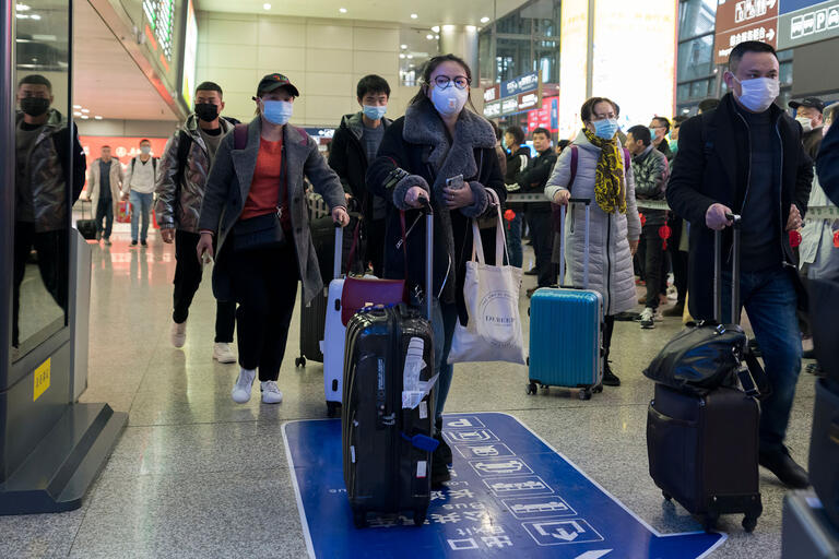 airport crowds with breathing mask